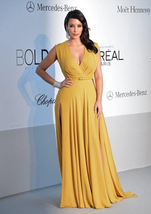Kim Kardashian in einer gelben Robe