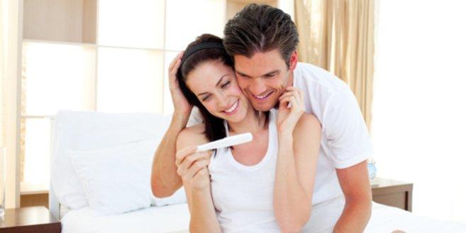 Schwangerschaftstest: Paar freut sich