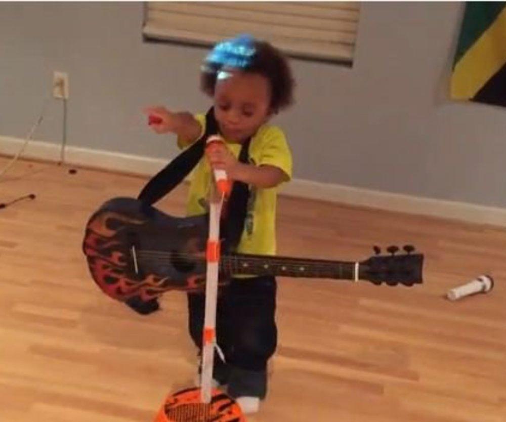 2-Jähriger singt Bob Marley Songs