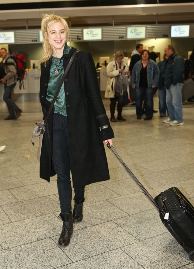 Larissa Marolt am Flughafen