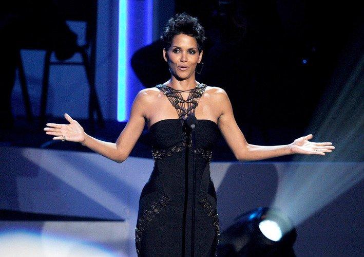 Halle Berry in einem schwarzen Kleid