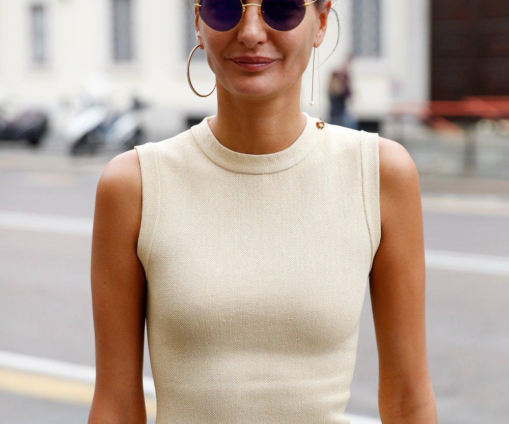 Dieses Street-Style-Girl zeigt, wie elegant und gleichzeitg cool eine kreisrunde Sonnenbrille aussehen kann (Getty Images/Sebastian Reuter)