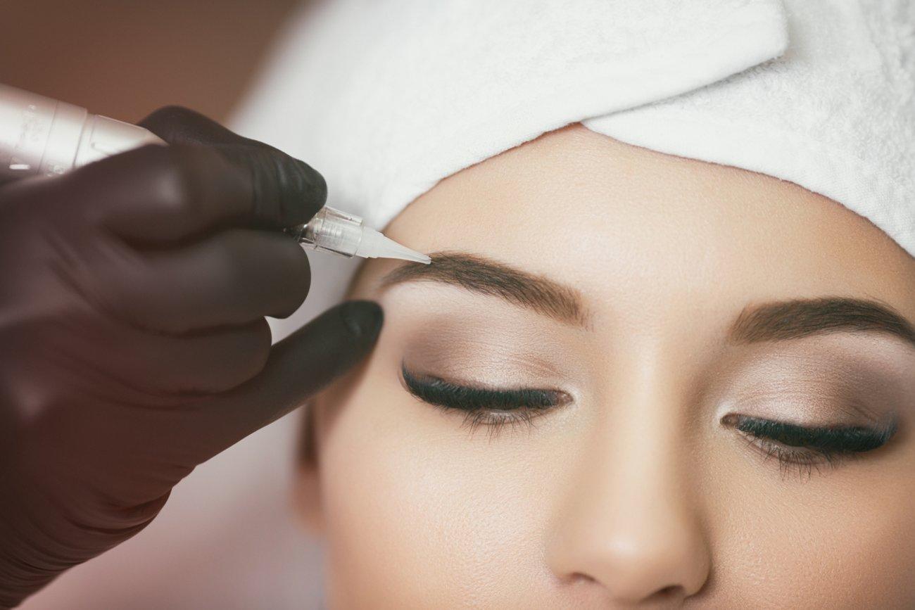 Augenbrauen verdichten Microblading