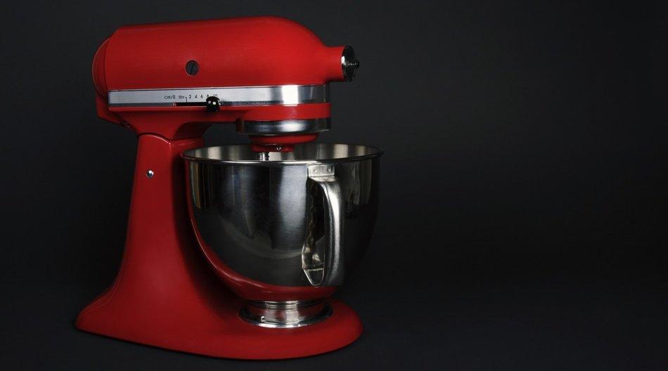Viele Küchenmaschinen kommen in leuchtenden Farben daher