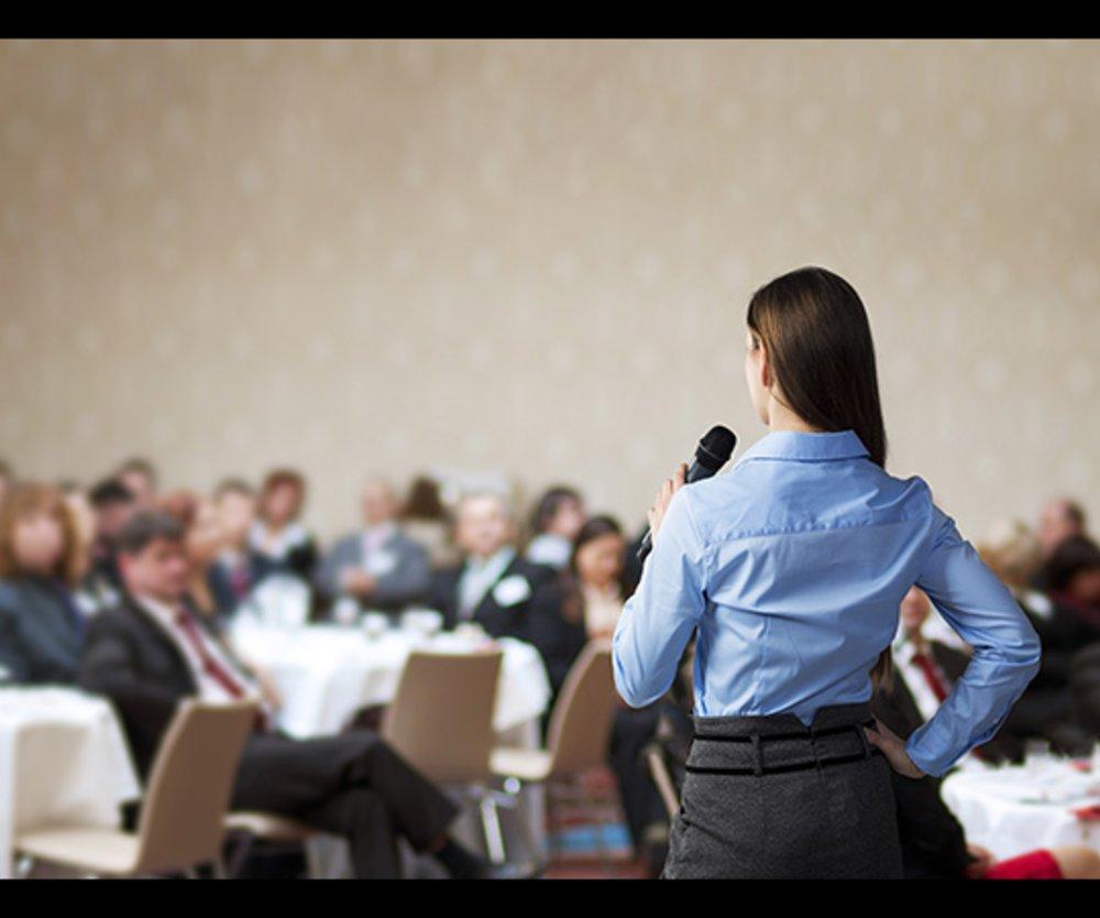 Frau hält Rede