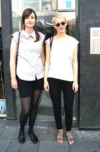 Zwei Mädchen mit modischen Looks