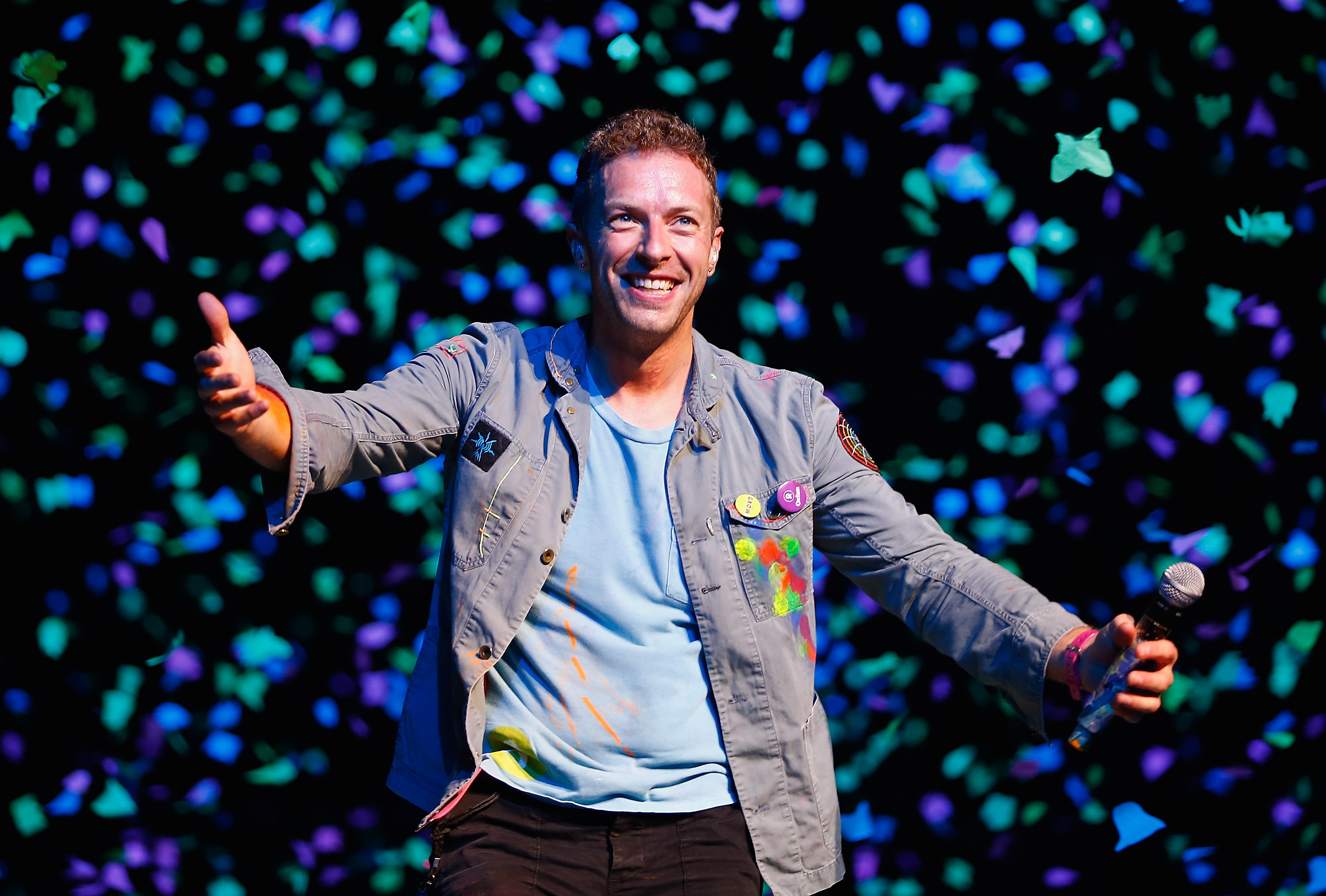 AUCKLAND, NEW ZEALAND - NOVEMBER 10:  Chris Martin of Coldplay performs for fans on November 10, 2012 in Auckland, New Zealand.  (Photo by Shane Wenzlick/Getty Images)