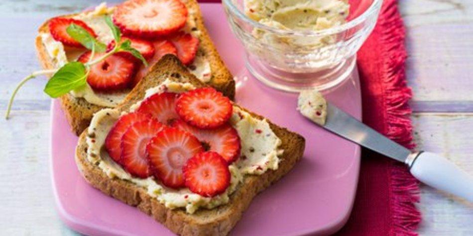 Fruchtig pikanter Frühlingstoast mit frischen Erdbeeren und MILRAM FrühlingsDrei-PfefferButter