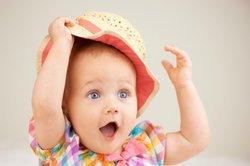 Baby, 9 Monate, entdeckt die Welt.