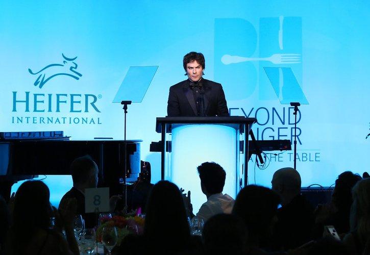 Ian Somerhalder hält eine Rede