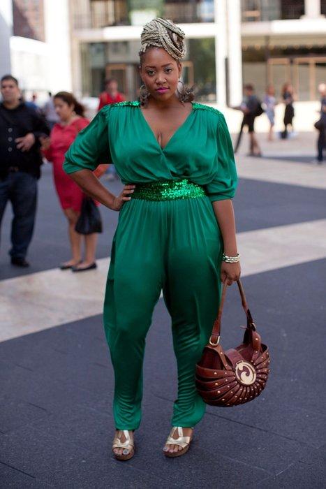 Inawod Fab trägt einen grünen Overall.