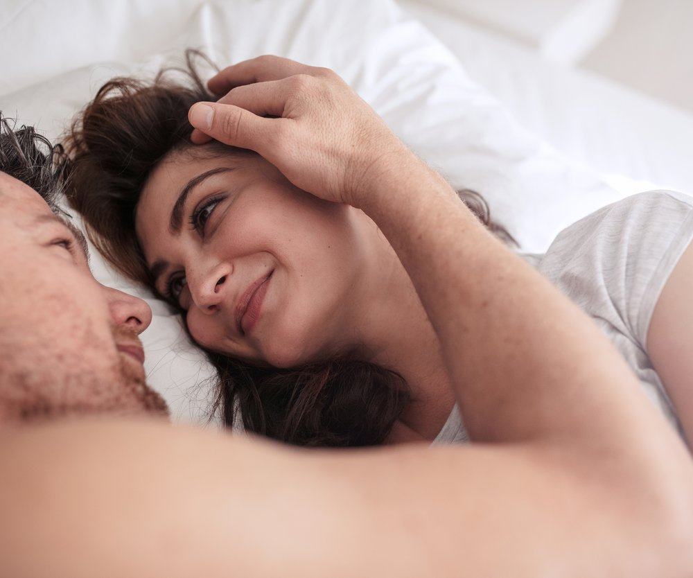 Verliebtes Pärchen im Bett