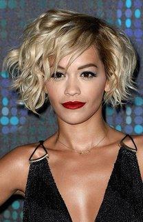 Rita Ora: Kurzer Bob mit Strähnchen