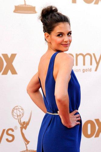 Katie Holmes in einem blauen Kleid auf dem roten Teppich