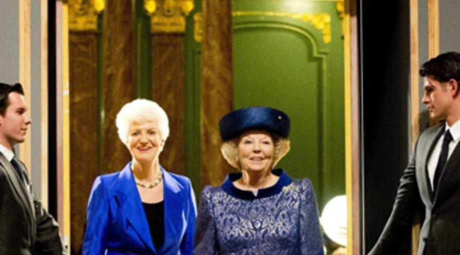 Königin Beatrix (re.) eröffnete eine Ausstellung.