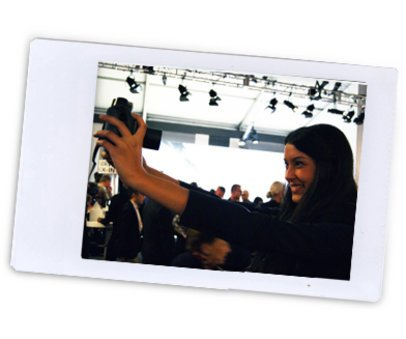 Rebecca Mir macht Foto mit instax