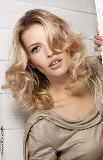 Schulterlange Wellen in blond
