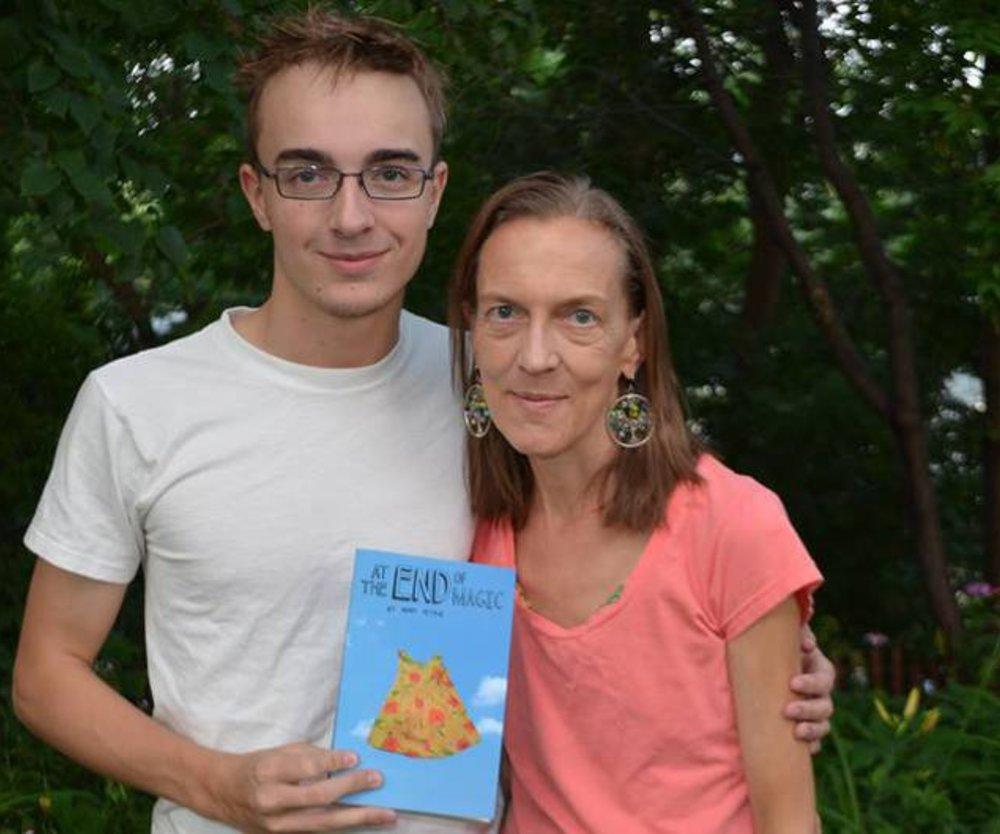 Sohn macht Mutter Geschenk mit Buchveröffentlichung