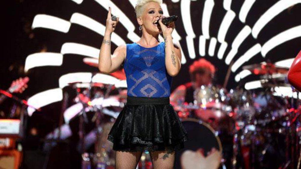 Pink tröstet während ihres Konzerts einen Fan