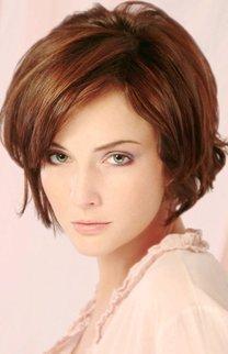 Klassische Bobfrisur bei brünettem Haar