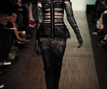 Auf der Show von Max Azria auf der Mercedes Benz New York Fashion Week Herbst Winter 2009 trägt das Model eine schwarze samtleggings und ein transparentes Oberteil zu langen schwarzen Handschuhen