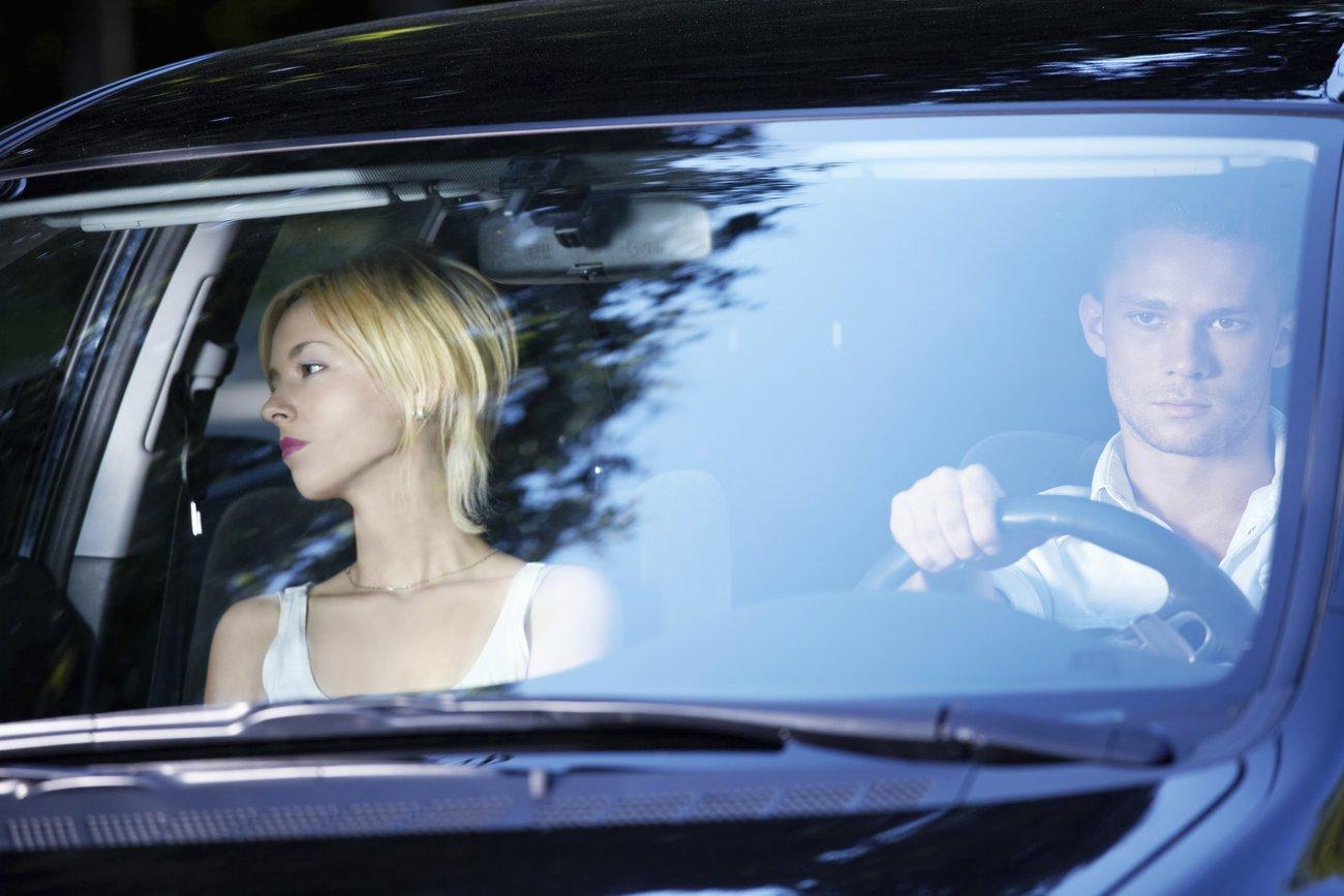 Pärchen streiten häufig im Auto, besonders wegen störender Kommentare.