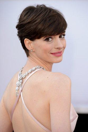 Anne Hathaway mit kurzem Pixie