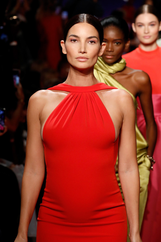 Lilly Alridge schwanger auf dem Laufsteg bei Brandon Maxwell auf der New York Fashion Week 2018
