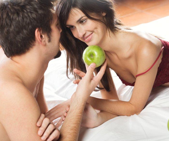 Paar mit Apfel im Bett
