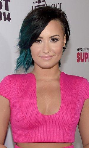 Demi Lovato: Sidecut mit blauen Spitzen