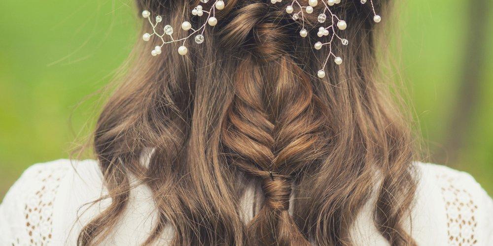Brautfrisuren: Frisurentrends & FrisurenbilderDeine Hochzeit rückt immer näher und Du weißt immer noch nicht, wie Du Deine Haare stylen sollst? Es gibt schließlich so viele Brautfrisuren! Die richtige Frisur trägt neben dem perfekten Kleid am meisten dazu bei, dass Du Dich an Deinem...