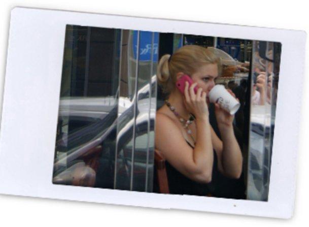 Katharina telefoniert nach Hause.
