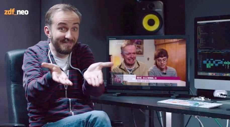 """Der Screenshot zeigt Moderator Jan Böhmermann in einer Szene der Sendung """"Neo Magazin Royale""""."""
