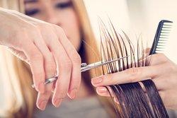 Für dickeres Haar regelmäßig Spitzen schneiden lassen