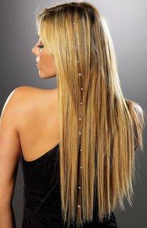 Sleek Look mit Haarschmuck