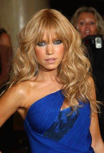 Sylvie van der Vaart in einem blauen Kleid, sie lächelt in die Kamera