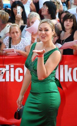 Ruth Moschner in einem grünen Kleid.