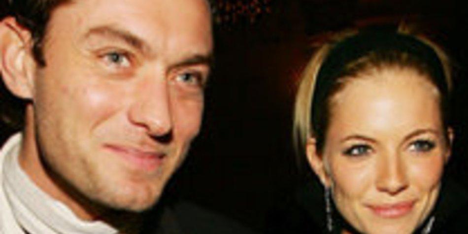 Jude Law und Sienna Miller deeply in love
