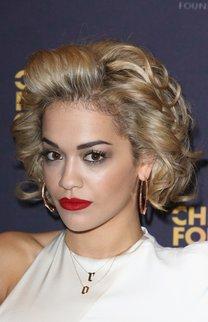 Rita Ora trägt blonde Locken mit Strähnchen