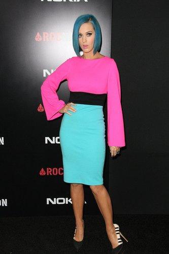 Katy Perry führt ihren blauen Look vor