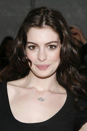 Anne Hathaway: Braune Locken