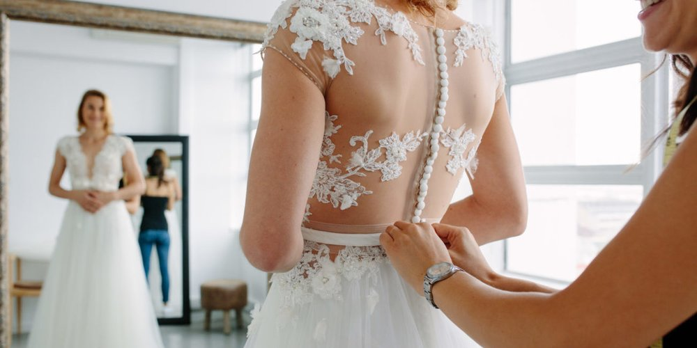 Deine Hochzeit steht bevor und du kannst es nicht erwarten, dein Brautkleid zu kaufen? Vorsicht! Bevor du losziehst, lies dir besser diese Liste durch.