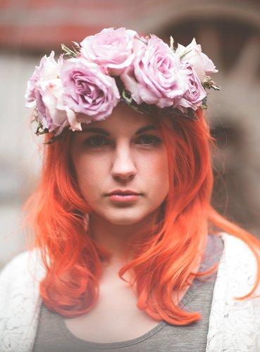 Rot gefärbte Haare mit Blumenkranz