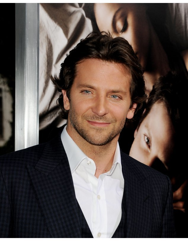 Bradley Cooper lächelt auf dem roten Teppich