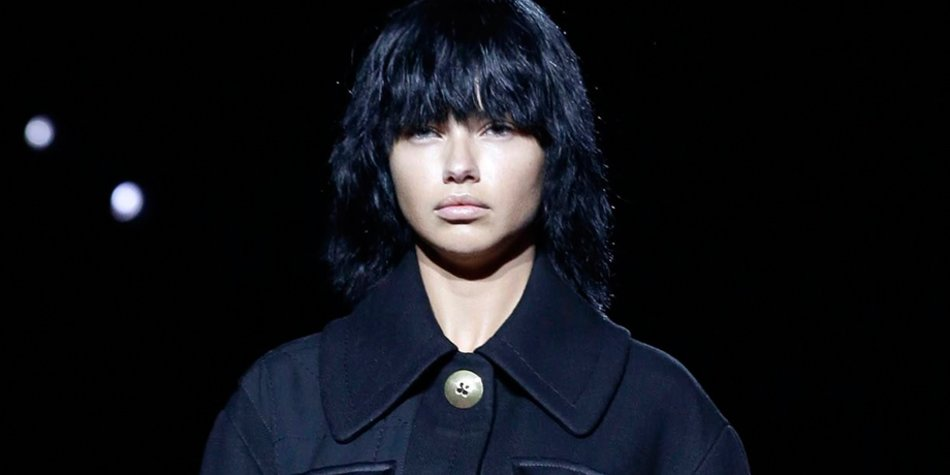 Kein Make-up, schwarze Bob-Perücken und Uniformen: Bei Marc Jacobs drehte sich alles rund um das Thema Normcore und Konformität.
