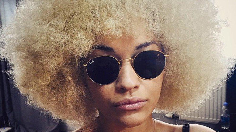 Rita Ora zeigt ihren natürlichen Afro-Look