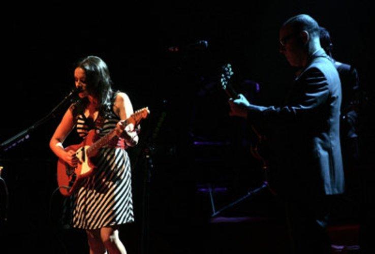 Norah Jones spielt Piano und singt