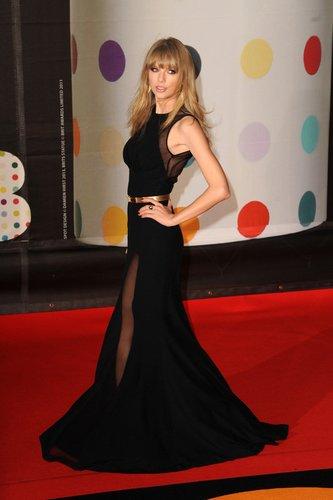 Taylor Swift auf dem roten Teppich der Brit Awards 2013.