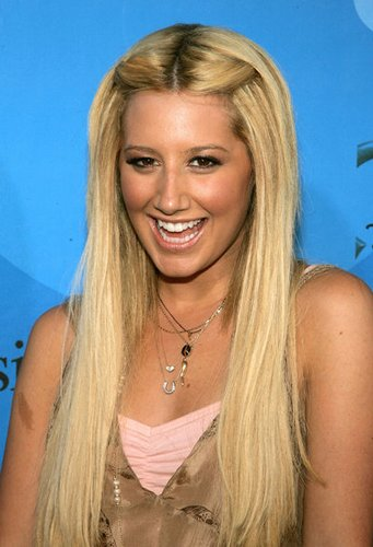 Ashley Tisdale: Sleek Look mit Mittelscheitel