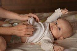 Baby, 6 Monate, wird gewickelt.